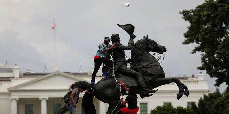 La orden fue impartida después de que un grupo de manifestantes intentó derribar la estatua del presidente Andrew Jackson