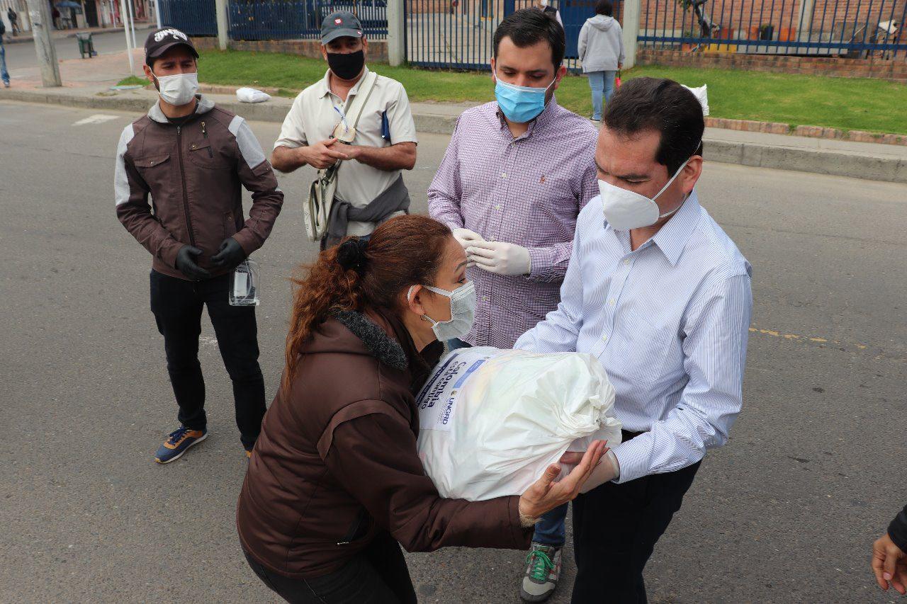Tomás-Guanipa-asistiendo-a-venezolanos-
