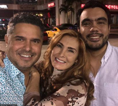 Alba Roversi con su hijo y su esposo. Foto: Instagram