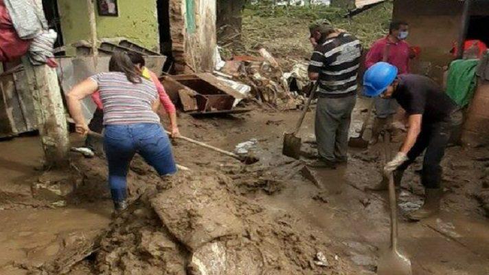 El olor a humedad penetra las paredes de casas agrietadas por la furia del agua. Mientras carros permanecen incrustados en el barro tras una de las inundaciones que han asolado varios estados de Venezuela en el último trimestre. Las lluvias han afectado al menos a 10 estados.