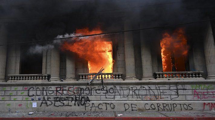 En Guatemala se desató la crisis. Cientos de guatemaltecos quemaron la sede del Congreso en una protesta en la que pidieron la renuncia del presidente, Alejandro Giammattei.