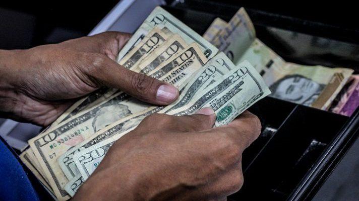El panorama económico de Venezuela para el 2021 no es prometedor. Todo lo contrario. Los especialistas opinan que la productividad del país seguirá estancado y persistirá la dualidad monetaria. Es decir la convivencia entre el dólar y el bolívar, sin que se formalice el uso de la divisa estadounidense.