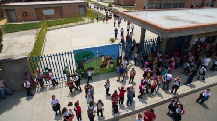 La cantidad de niños y adolescentes migrantes procedentes de Venezuela matriculados en el sistema educativo de Colombia aumenta.
