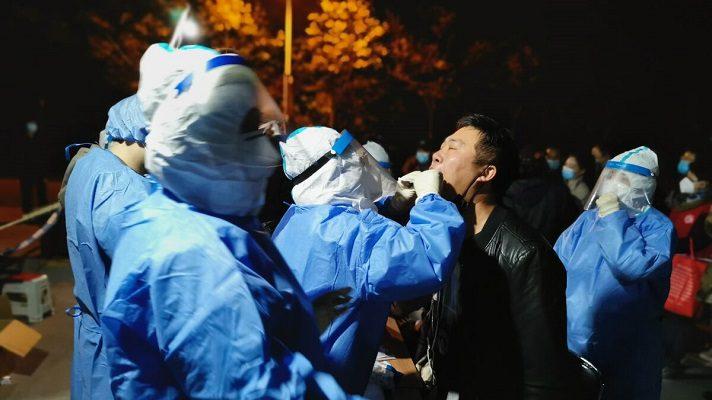 Las autoridades sanitarias de China comenzaron este sábado a efectuar pruebas de coronavirus a tres millones de personas. Son residentes en la localidad de Binhai, provincia de Tianjin, en el noreste del país.