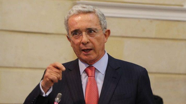 El expresidente de Colombia Álvaro Uribe fustigó la relación de Nicolás Maduro con la Fuerza Armada Nacional, a cuyos miembros ha convertido en sus compinches que le sostienen en el poder.