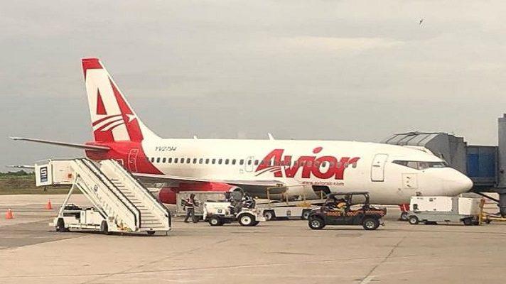 La línea aérea Avior se suma a las empresas del sector que suspende sus vuelos. Esto tras la orden del INAC de poner un alto a estas actividades. Desde el fin de semana, líneas como Laser y Copa también informaron de la suspensión, tras la orden de Nicolás Maduro.