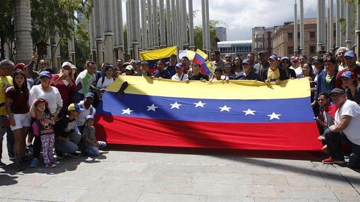 Decenas de venezolanos se plantaron este domingo frente al Monumento a Los Héroes en Bogotá, Colombia. Lo hicieron para rechazar las elecciones de este 6 de diciembre. Calificaron estos comicios como un