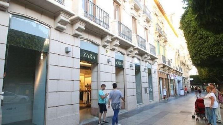 Pontegadea, el brazo inversor de Amancio Ortega, vendió el edificio de Zara en el Paseo de Almería, España. El inmueble estaba cerrado desde finales del pasado mes de septiembre.