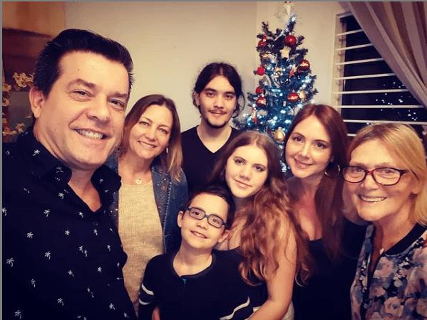 Miguel de León compartió la postal navideña de su familia en 2020. Foto: Instagram