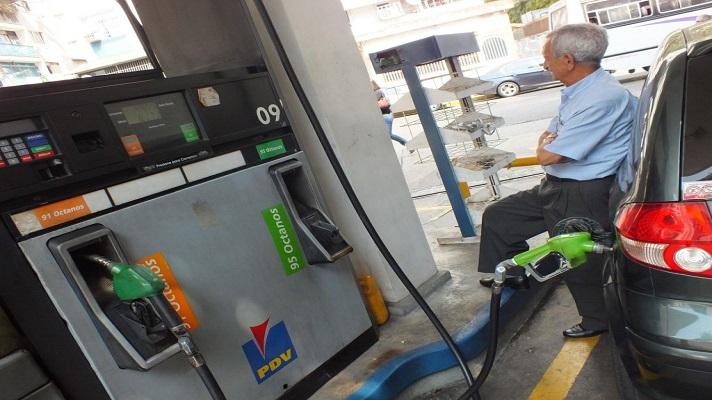 En Venezuela cada vez es más escaso el gasoil y el diésel, combustibles necesarios para la producción de alimentos y transporte público. El motivo es la ruina de las refinerías que solamente producen 40% del combustible que el país requiere.