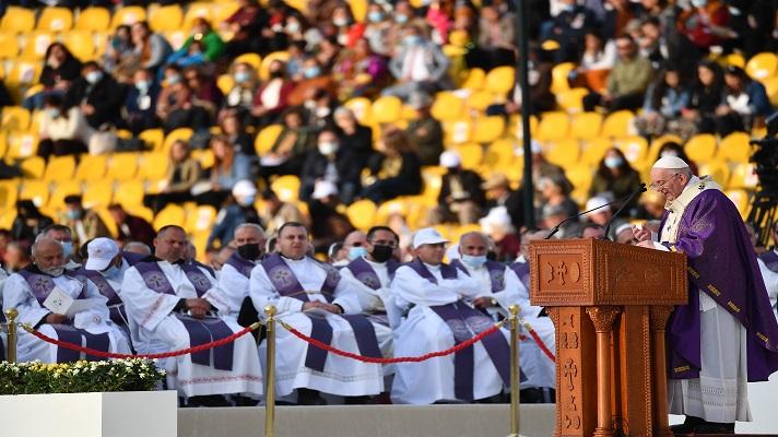 """Papa Francisco culmina su visita a Irak y llama a """"no caer en la venganza"""""""