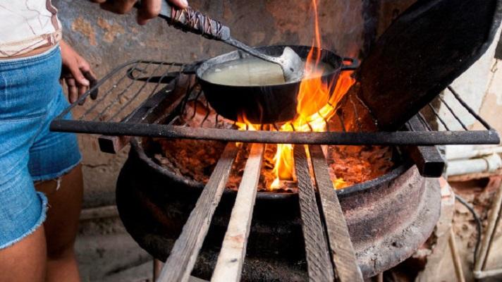 Venezuela tiene bajo su suelo la octava reserva probada de gas natural. Es una riqueza de casi 200 billones de pies cúbicos de gas. Sin embargo, la escasez de gas es prevalece en la mayoría de los hogares. Miles de familias cocinan en improvisados fogones que alimentan con leña y otros materiales combustibles.