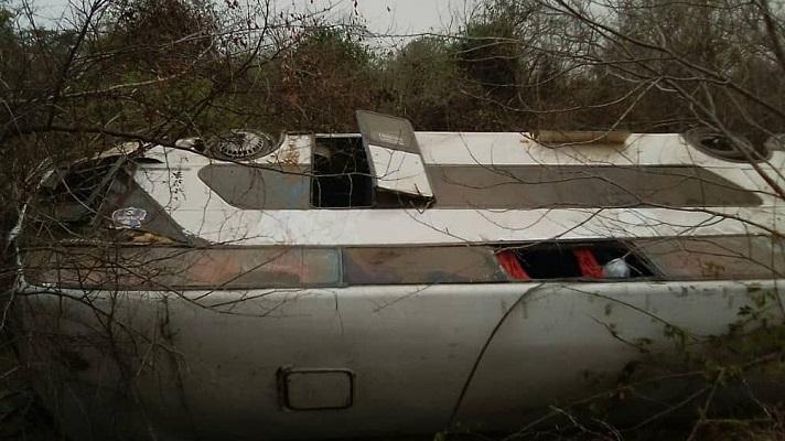 Una falla mecánica en un autobús terminó en tragedia. Dos personas murieron y al menos seis pasajeros resultaron lesionados tras un aparatoso accidente de tránsito. El hecho ocurrió este jueves en el sector Durigua en la vía hacia Bobare, estado Lara.