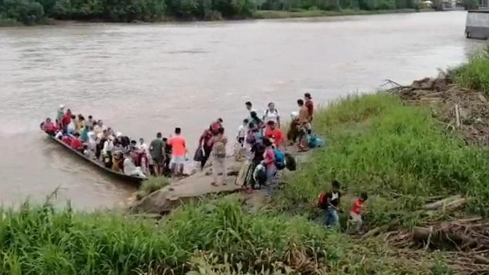En el lado colombiano hay cada vez más albergues, carpas y desplazados. Y en el lado venezolano, en Apure, hay cada vez más tanques, minas y soldados. Hay un conflicto armado en Apure. En dos semanas al menos 6.000 personas cruzaron al municipio colombiano de Arauquita. Lo hicieron después de que se intensificara un conflicto entre el ejército venezolano y las disidencias de las FARCT.