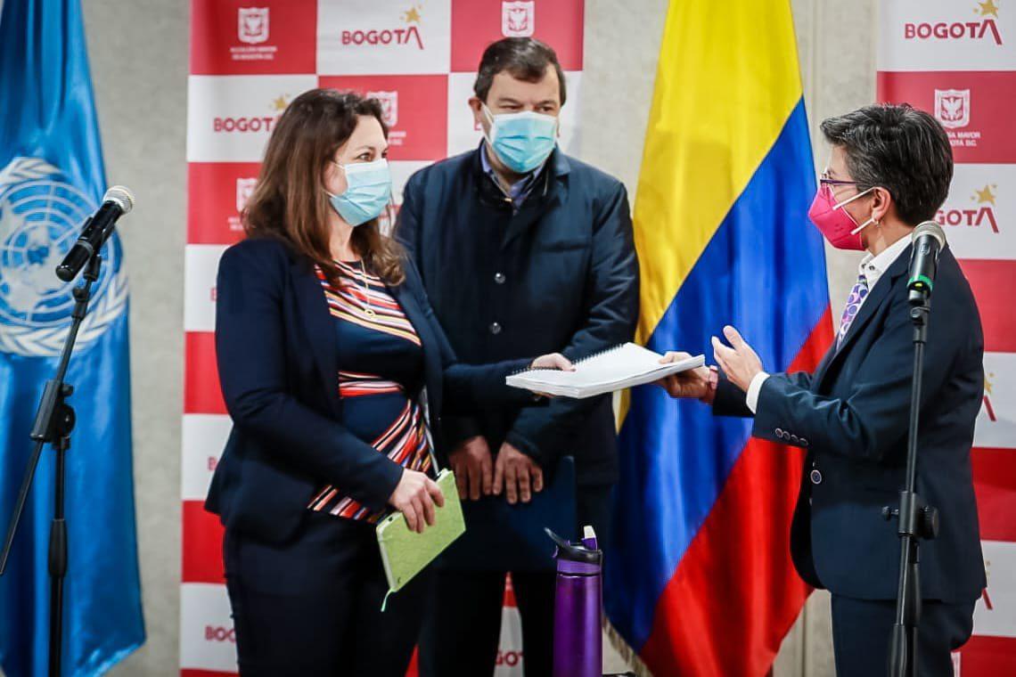 Se levanta el touqe de queda y la ley seca en Bogotá.
