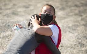 Voluntaria de la Cruz roja se funde en un abrazo con migrante senegalés