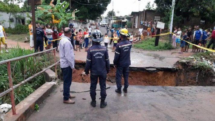 Cientos de personas resultaron afectadas por el colapso de un puente en el sector Puerto Libre de la parroquia Cachamay, en Ciudad Guayana. La comunidad quedó incomunicada por la caída de un tramo de la estructura que comunica la calle Brisas del Caroní con el resto del sector.