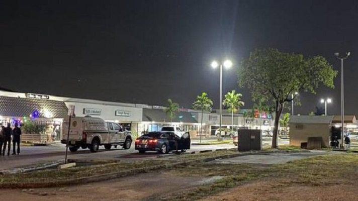 Al menos dos personas murieron y se estima que entre 20 y 25 personas resultaron heridas en un tiroteo en Miami. Los hechos ocurrieron en espacios aledaños de un salón de banquetes en el sur de Florida, dijo la policía.