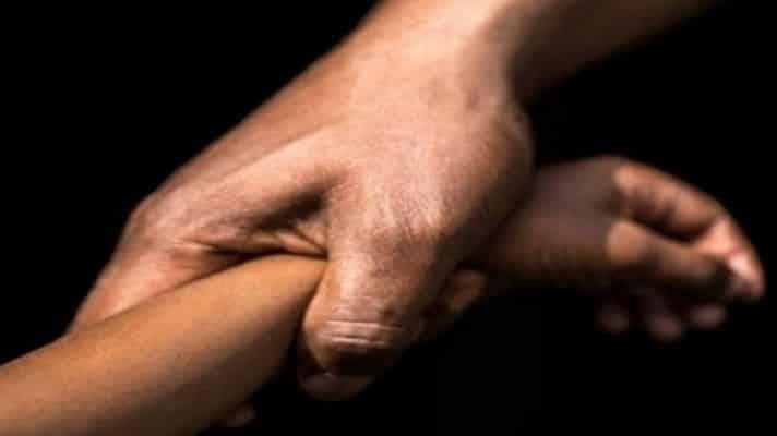 Funcionarios del Cicpc de San José de Barlovento, municipio Páez del estado Miranda, detuvieron a Gineskka Noreymar Bellorín Martínez (31). Ella permitía abusos sexuales contra su hija de 8 años y grababa los hechos para comercializarlos.