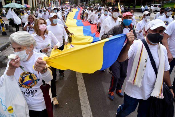 Colombianos reclaman por igualdad y justicia social