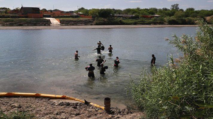 Las autoridades migratorias de los Estados Unidos ataparon a otro grupo de migrantes venezolanos. Nuevamente, cruzaron el Río Grande, desde México hasta Texas. Esta vez lograron pasar a La Joya.