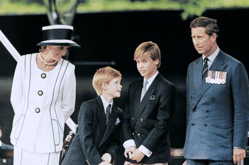 Los príncipes Harry y Guillermo con sus padres. Foto AFP