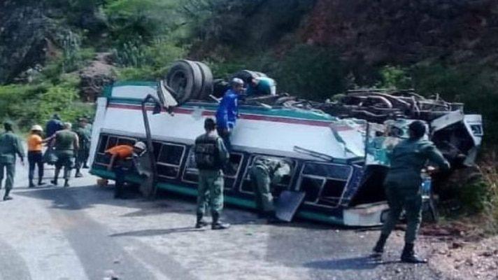 perdio-los-frenos-y-se-volco-accidente-de-autobus-en-trujillo-deja-12-milicianos-lesionados