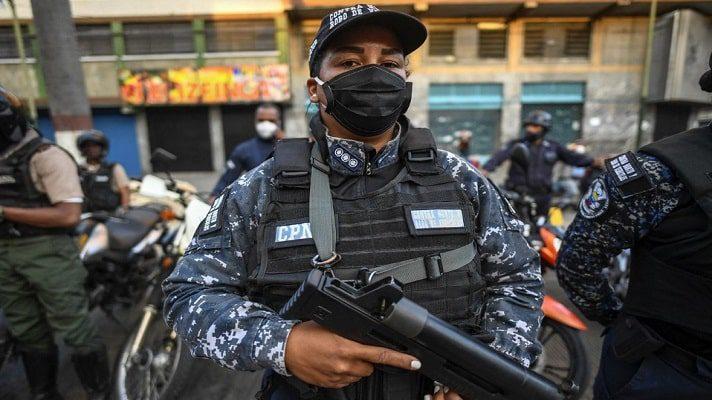 En abril, Nicolás Maduro ordenó, por decreto, la reforma policial, hecho que para los expertos está alejado de una intención de enmienda. Tanto Luis Izquiel como Marino Alvarado, abogado penalista y defensor de los DD.HH, respectivamente, coinciden en que el propósito de la reforma es