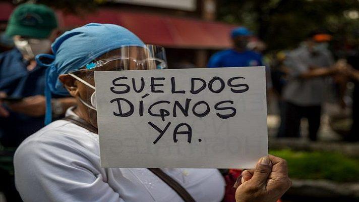 Se cumple un mes desde que Nicolás Maduro decretó, el pasado 1 de mayo, uno de más de sus aumentos salariales. Tal vez el más significativo de los últimos años, proporcionalmente hablando. Es significativo porque pasó de Bs. 1.800.000 a Bs. 10.000.000, sumando el ingreso mínimo, más el bono de alimentación.