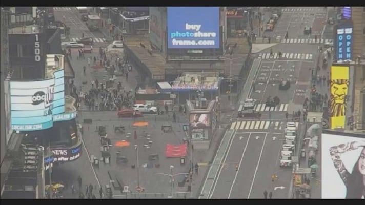 Dos mujeres y una niña resultaron heridas este sábado en Times Square, en Nueva York. Allí se vivieron momentos de tensión y la policía local busca al atacante, según informaron medios locales.