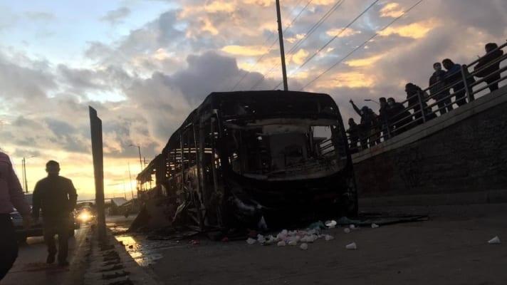 las-protestas-arrecian-queman-bus-del-transmilenio-y-destruyen-estacion-en-colombia