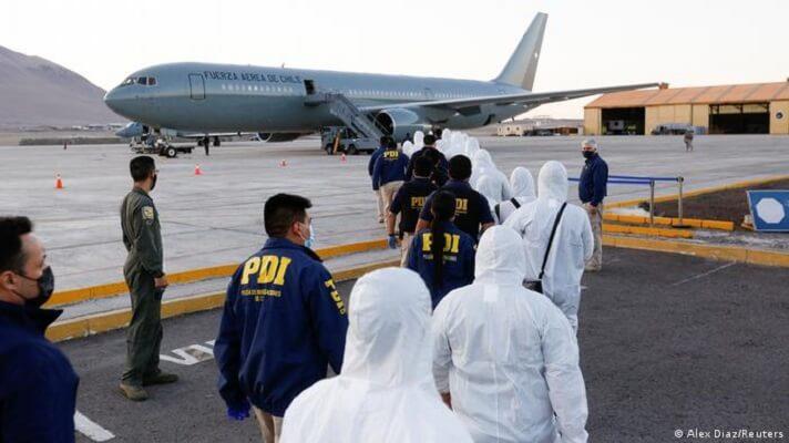 El gobierno chileno expulsó este domingo a 56 migrantes venezolanos. Están acusados de haber cometido delitos o de ingresar e forma clandestina al país. Esta es una nueva deportación confirmada por el ministro del Interior, Rodrigo Delgado.