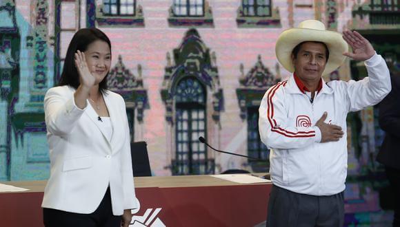 Ya han pasado tres días desde que se llevaron a cabo la elección presidencial en Perú y aún no se ha proclamado al ganador. Las cifras de la Oficina Nacional de Procesos Electorales (ONPE) reportan que el izquierdista Pedro Castillo lleva la delantera con 50.244% de los votos, sobre Keiko Fujimori con 49.765%.