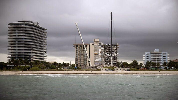 No había pasado ni medio día tras el derrumbe de la torre sur del complejo Champlain Towers, en Miami-Dade, Estados Unidos, cuando comenzaron las especulacion