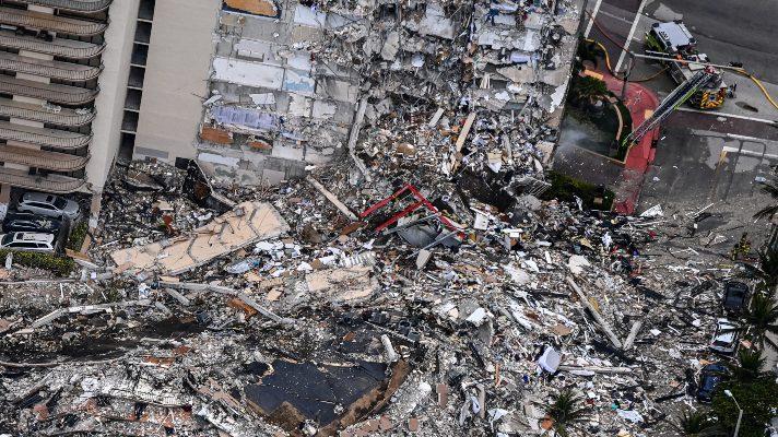 entre-lagrimas-y-sin-esperanzas-estas-son-las-imagenes-impactantes-del-colapso-del-edificio-champlain-towers-de-miami-video