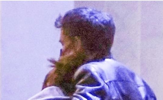 La pareja se dejó ver abrazada recientemente en Hollywood. Foto Page Six
