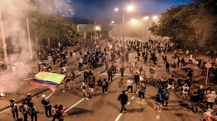 noche-violenta-cuatro-heridos-tras-enfrentamientos-entre-manifestantes-y-policias-en-colombia
