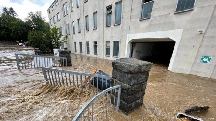 Una enorme riada, causada por fuertes lluvias caídas durante horas este sábado, ha devastado el centro de la localidad de Hallein, Austria. Se trata del estado federado austriaco de Salzburgo. Por fortuna, las inundaciones no han causado víctimas humanas.