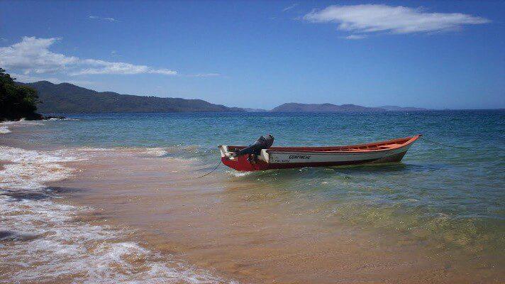 En la península de Araya, en el estado Sucre, naufragó un peñero con 9 personas a bordo. Aunque lograron rescatar a 8 de los afectados, todavía hay un desaparecido.