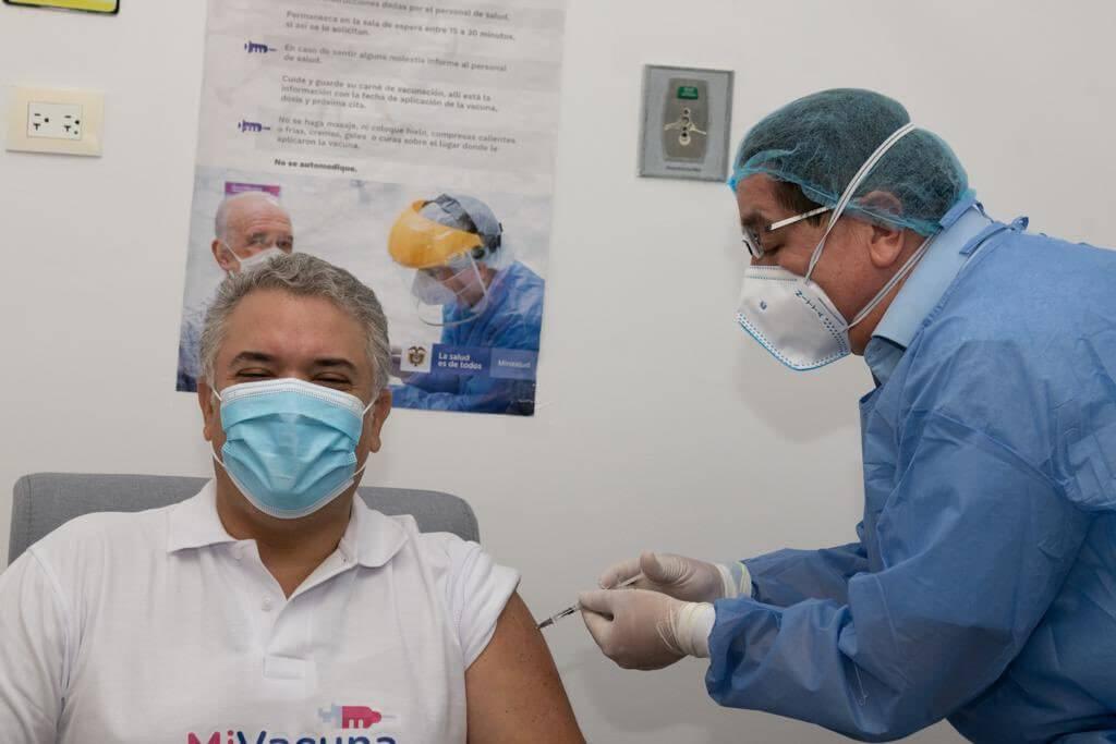 Segunda dosis de vacuna anticovid para el presidente Iván Duque. Lo vacuna el Ministro de Salud