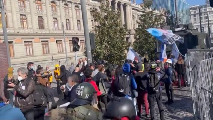La sesión inaugural de la Convención Constitucional de Chile fue suspendida temporalmente este domingo. Esto, luego de que un grupo de constituyentes, activistas en las protestas sociales de 2019, interrumpieron la ceremonia.