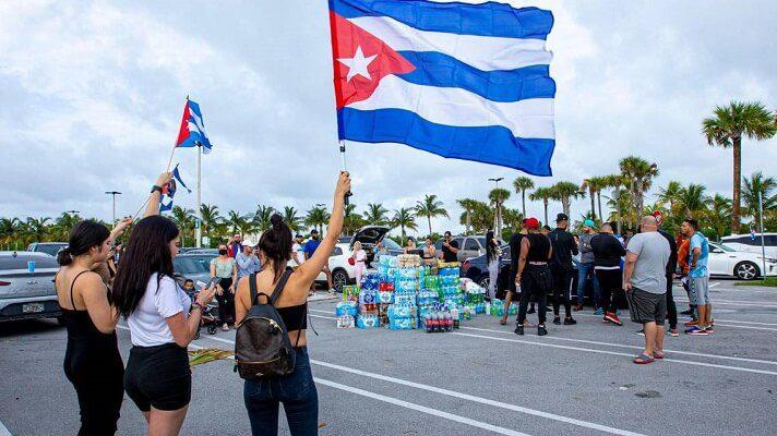 En la Marina de North Bay Village, en Miami, hay movimiento y algarabía. Los cubanos en Estados Unidos, decidieron reinirse y manifestar su solidaridad con quienes protestan en la isla.