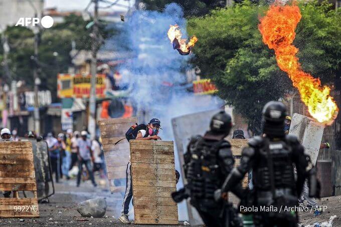 Vuelven las protestas a Bogotá en Usme y Suba y en Floridablanca atentan contra la alcaldía