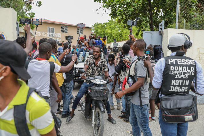 Complicada situación política tras magnicidio de presidente en Haití al parecer en manos de un comando de exmilitares colombianos según el informe oficial.