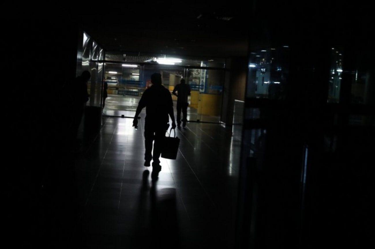 Los habitantes de al menos 11 estados del país y varias zonas de la Gran Caracas se llevaron un susto este 21 de julio. Una falla eléctrica afectó a los usuarios que de inmediato se volcaron a las redes sociales a hacer el reporte.