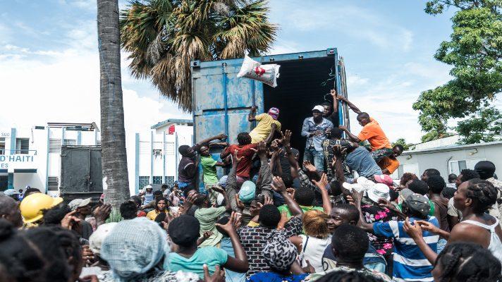refriegas-entre-la-multitud-por-la-falta-de-agua-y-alimentos-en-haiti