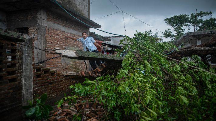 fuerza-del-agua-arrastra-hasta-las-urnas-huracan-grace-dejo-destrozos-en-mexico-y-se-degrado-a-tormenta-tropical