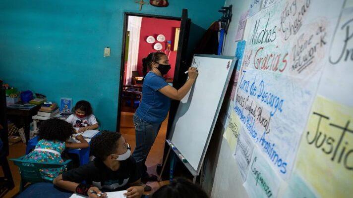 Maestras preocupadas por la educación de los niños que habitan en Petare, una de las barriadas más pobres de Venezuela, abrieron las puertas de sus casas.