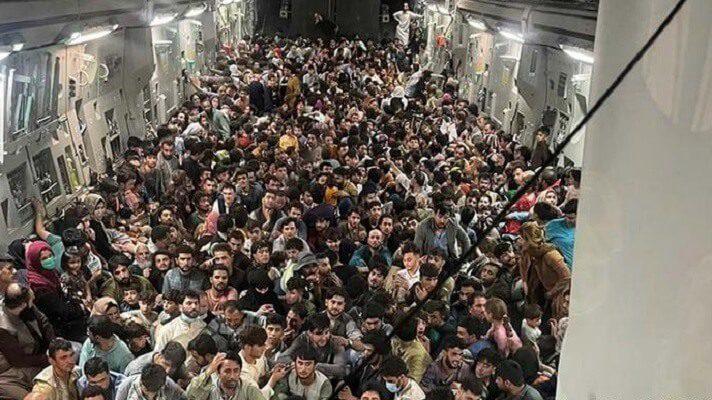 El avión militar estadounidense, cuya fotografía dio la vuelta al mundo por la cantidad de afganos que huían abarrotados, llevaba 823 pasajeros. Ello, tras la llegada de los talibanes a Kabul, solo querían escapar, dijo este viernes el Pentágono.