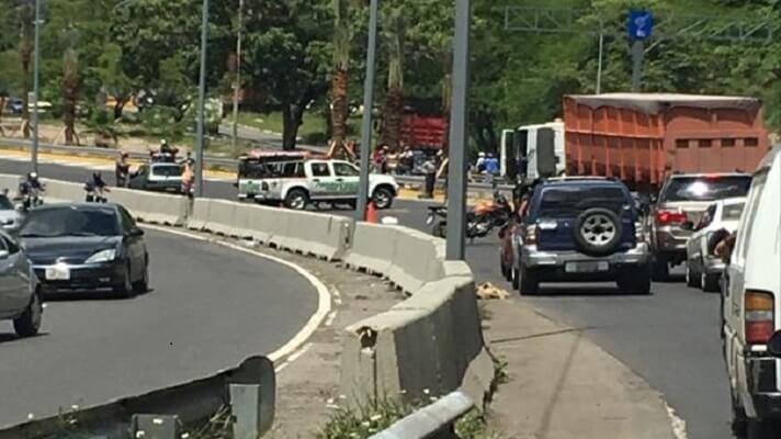 Un aparatoso accidente de tránsito se registró este miércoles en la autopista Francisco Fajardo que dejó un saldo de dos personas muertas.